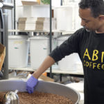 Micael Tesfazghi paahtaa kahvia.